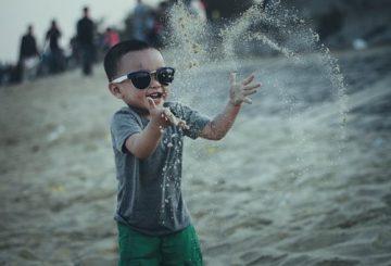 Barn leger i sand
