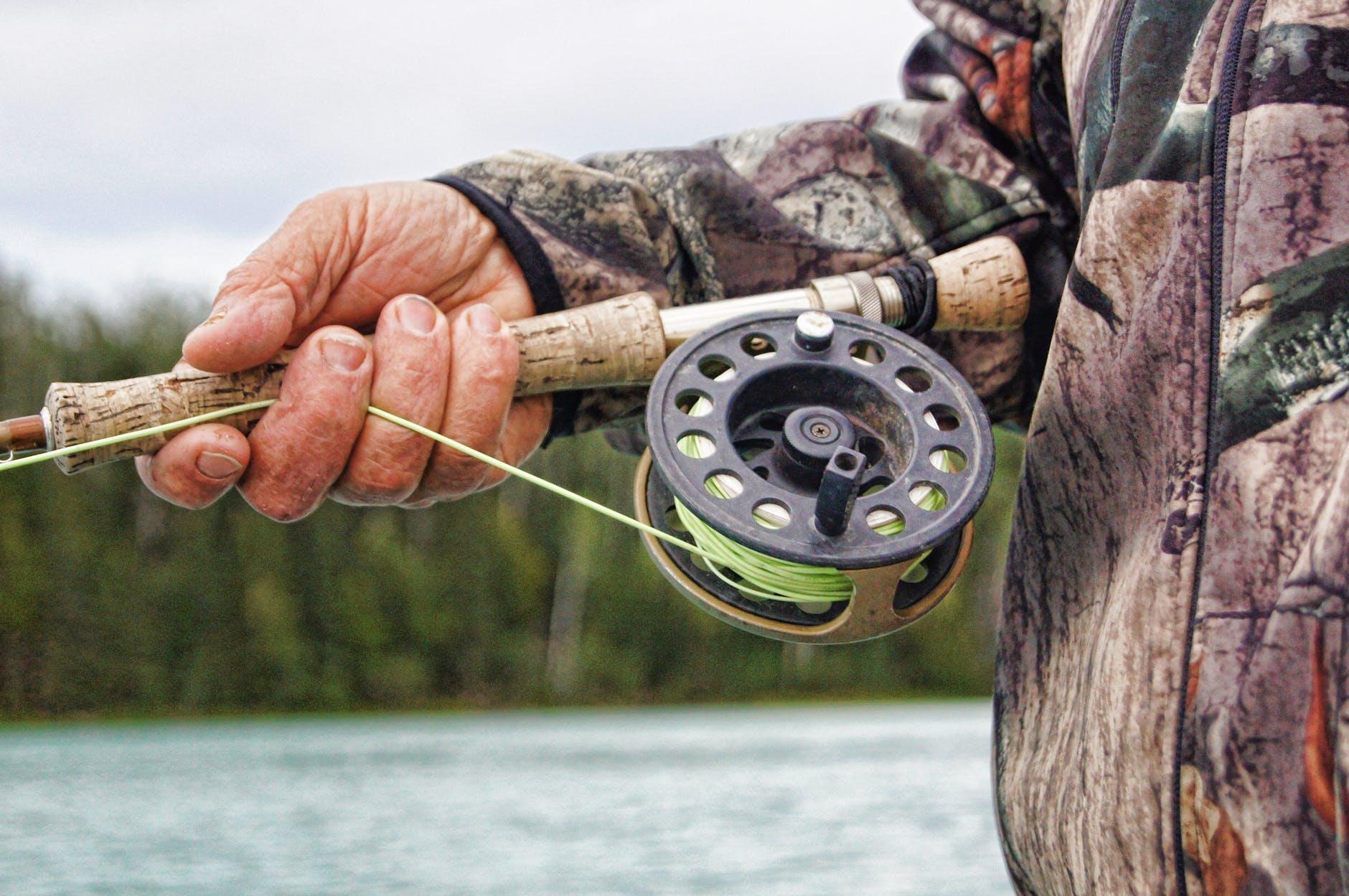 mand med fiskestang