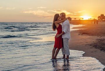 forelsket par på strand