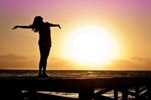 kvinde ved solnedgang
