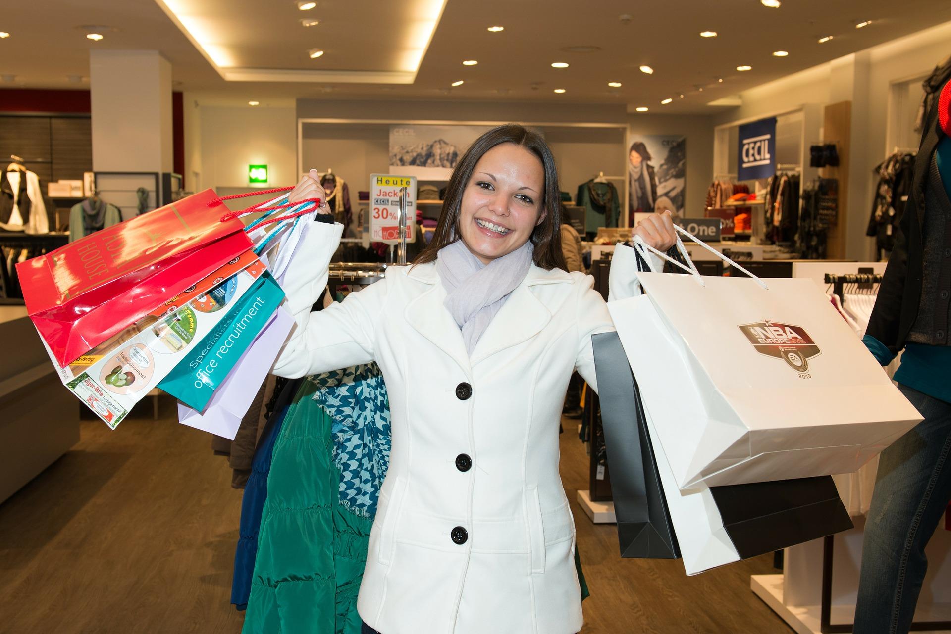 kvinde shopper amok med muleposer