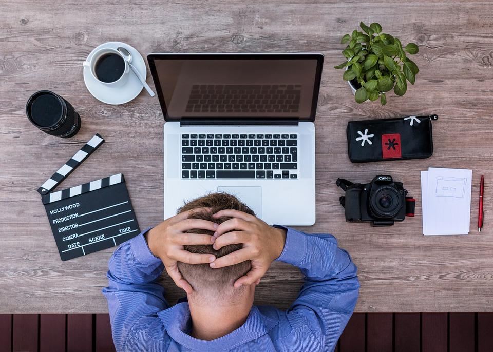 frustreret mand med elektronik