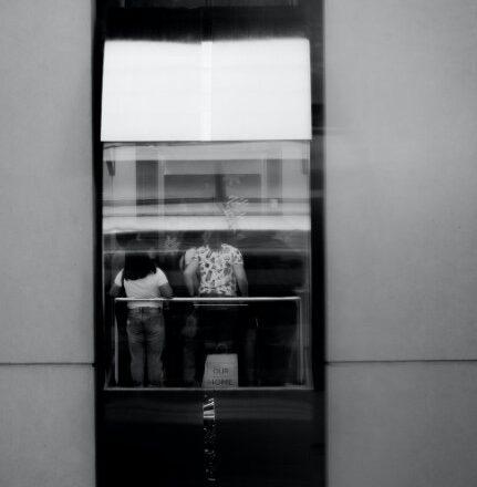 2 personer i glas elevator