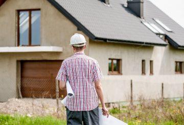 mand foran bygning