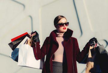 Kvinde med shopping poser